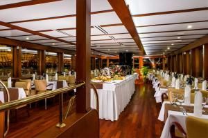 Late-Night Dinner and Cruise with Live Music